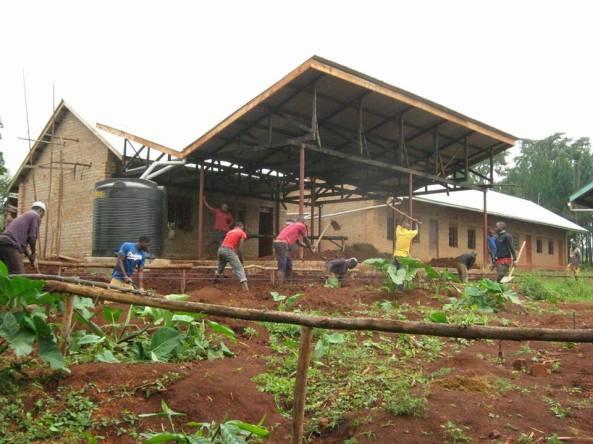 logo-amigos-solidarios-uganda-trabajando
