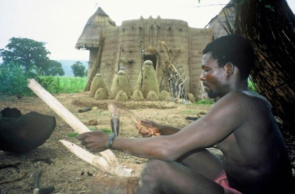 africa-Koutammakou,_Togo._Fabrication_d'une_manche_de_houe