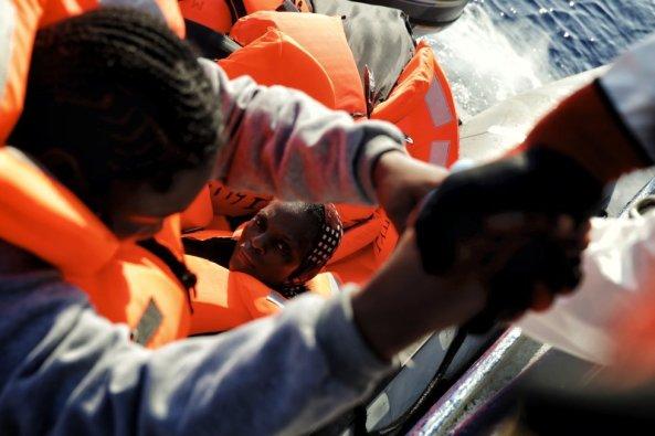 LOGO MSF mujer subiendo patera